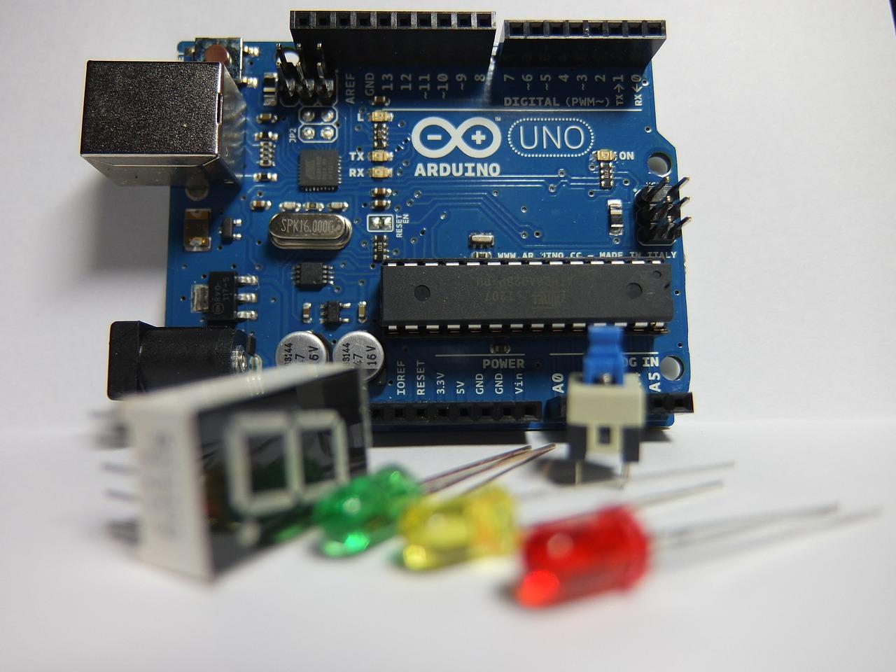 arduino uno e alcuni led e display sette segmenti per i primi passi con arduino