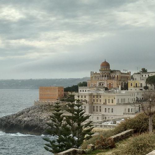 Santa Cesare Terme vista palazzo sticchi e mare e scogliera