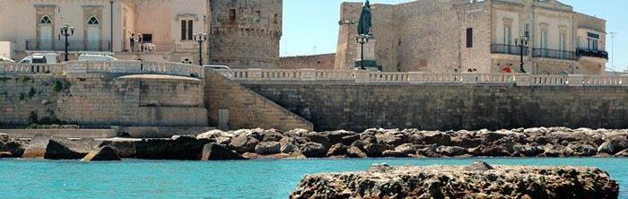 vista di otranto dal mare, costa e castello e lungomare