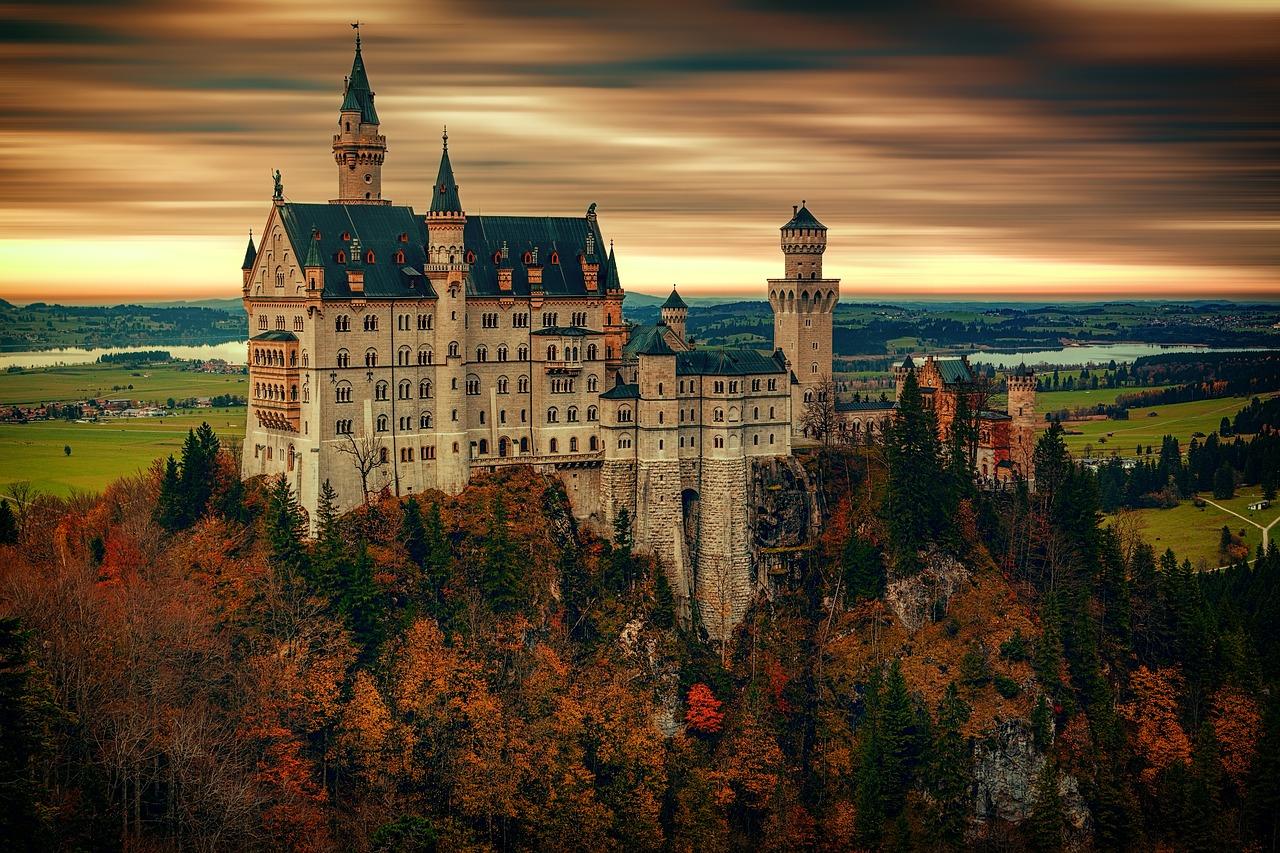 immagine di un castello da favola su collina e ambiente circostante per vivere da re