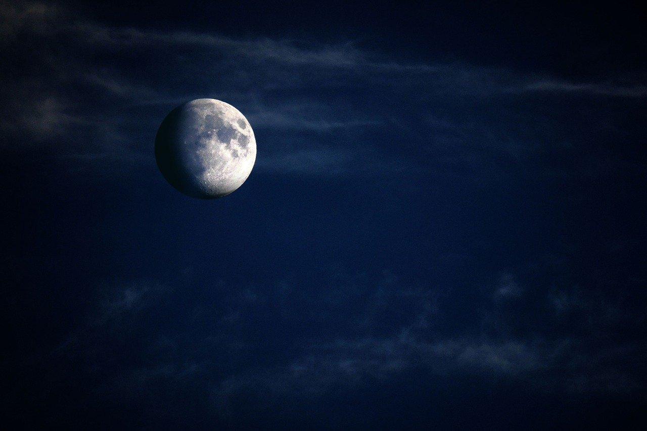 la nostra luna (credo) in uno sfondo blu scuro per il quinto capitolo di baseolo