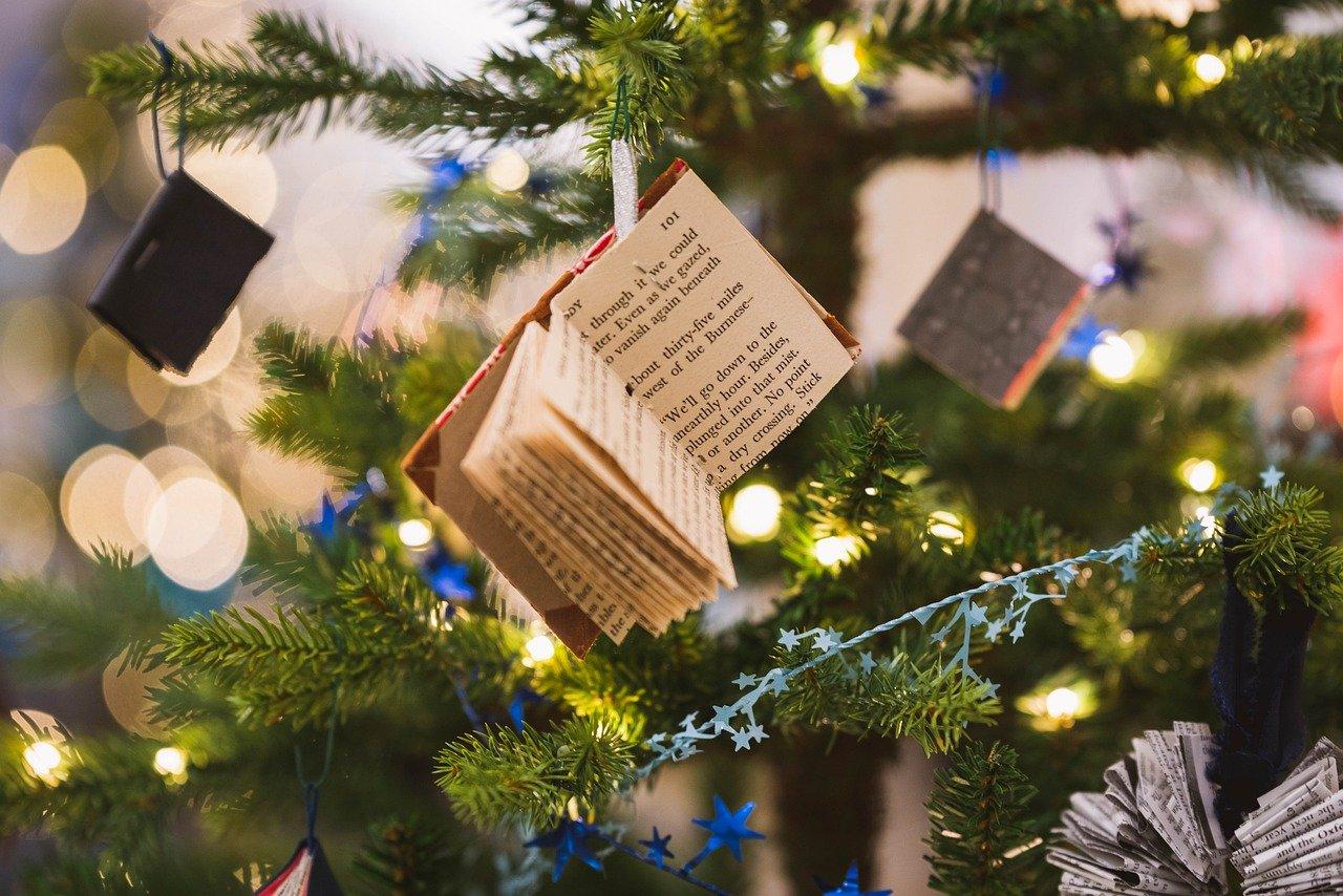 Natale auguri, tanti auguri di buone feste, albero con decorazioni