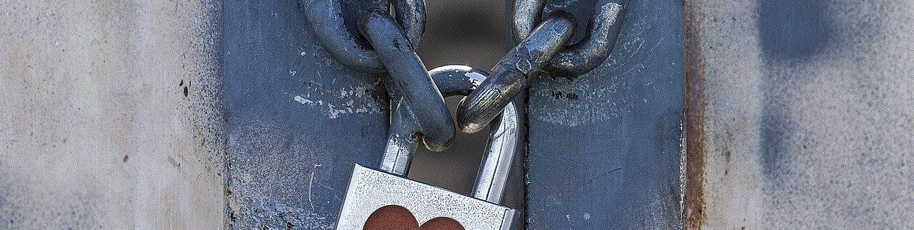 lucchetto con cuoricino su catena per privacy